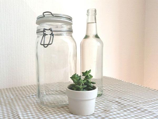 Gefäß und Wasser für die Zubereitung des Detox-Wassers